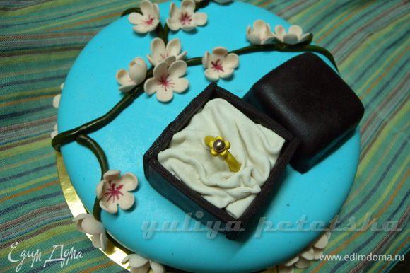 Цепляем цветочки на торт - клеим на капельку воды. И вот такая красота получилась.