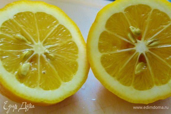 Лимон режем пополам, одну из половинок делим еще на четыре части (подадим к мидиями), другую не трогаем (выжмем в пасту).