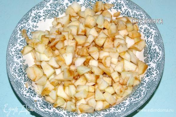 Яблоки очищаем от шкурки и семян. Нарезаем небольшим кубиком. Сбрызгиваем лимонным соком.