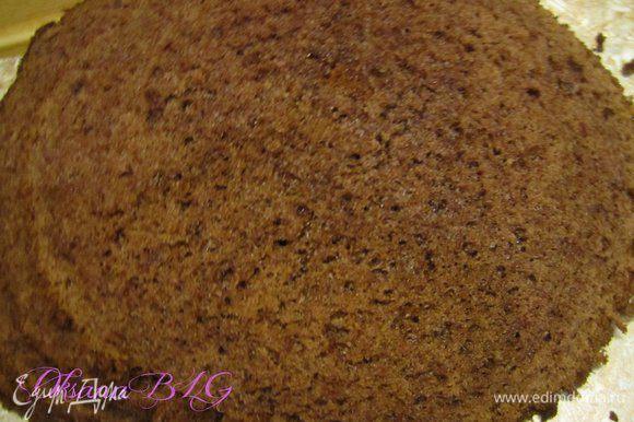 Приготовить бисквит по рецепту http://www.edimdoma.ru/retsepty/38569-biskvit-na-kipyatke-belyy с добавлением какао . Готовый бисквит охладить, разрезать на 4 коржа.