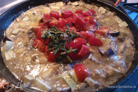 Нарезаем помидоры и зелень и отправляем в рагу. Томим еще 10 минут на огне и все - Рагу готово!!!! Приятного аппетита!!!