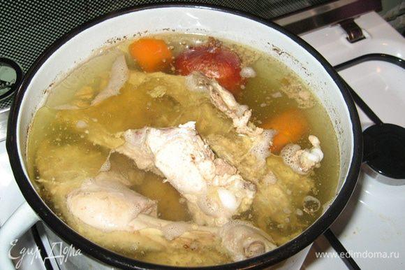 """В первый день я готовила бульон и начинку. Курицу разберите на куски как вам нравится, залейте водой, положите лук в шелухе (золотистость бульону придаст), морковку и корень петрушки, посолите и сварите """"опупенный"""" прозрачный вкусный куриный бульон! :)"""