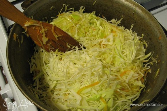 Тонко нашинкуйте капусту, выложите ее к луку, посолите, поперчите, положите лаврушку, добавьте чуток воды и потушите, часто помешивая. Капуста должна быть суховатой.