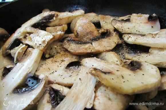 Грибы нарезаем пластинками и обжариваем на растит. масле, приправив солью и перцем. Также поступаем с луком и помидорами, нарезанными кольцами, обжариваем с двух сторон.