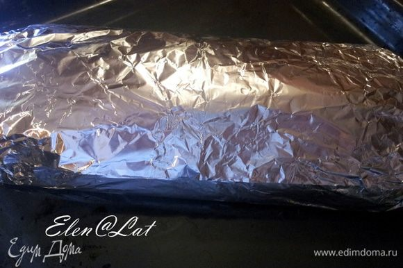 Плотно завернуть в фольгу. Запекать в духовке при 180 С примерно 30 минут.