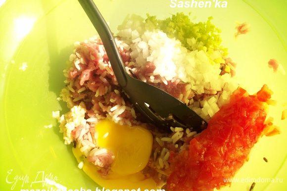 Варим рис. У меня смесь длинозерного и коричневого риса. Смешиваем рис с фаршем. Добавляем яйцо. Мелко нарубленную 1 луковицу, стебель сельдерея, 2-3 зубчика чеснока, и 1 помидор, но без семян и жидкости. Солим перчим и добавляем кориандр. Кстати, это прекрасный способ заставить детей есть овощи= )