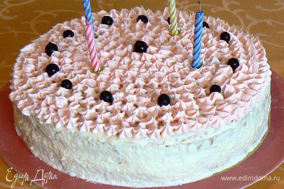 накрыть вторым коржом,украсить взбитыми сливками ,ягодой,свечами и .т.д..