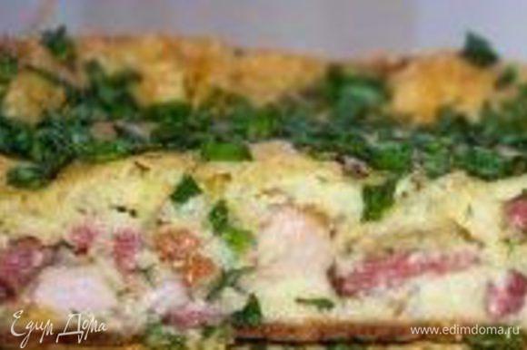 Добавьте в тесто, перемешайте. Залить тесто в смазанную форму и выпекать при температуре 180 -200 *С примерно 30 минут. Почти готовый пирог посыпать тертым сыром и выпекать дальше до образования золотистой корочки. Готовый пирог посыпать зеленью. Приятного аппетита!