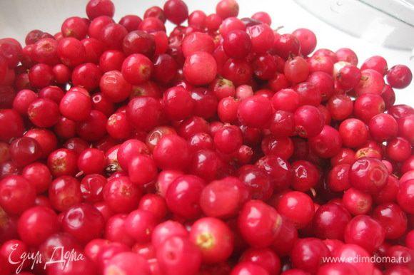 Выложить ягоды в небольшую кастрюлю и добавить 1/2 стакана воды и звездочку аниса. Довести до кипения, добавить сахар, перемешать и варить пару минут.
