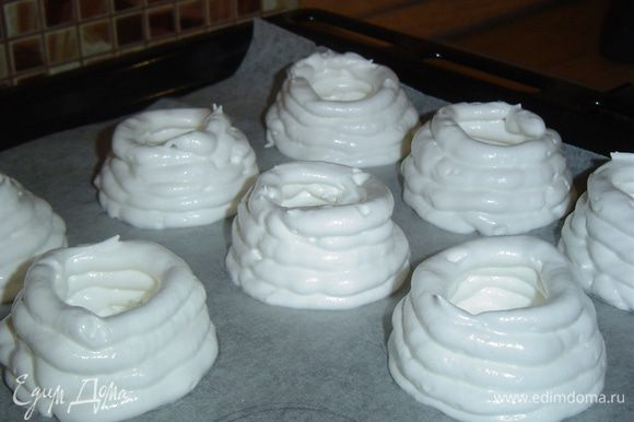 """Подготовленные """"корзиночки"""" сушим в духовке при температуре 100 гр. около 3 часов(это зависит от Вашей духовки), главное,чтобы """"корзиночки"""" стали сухими. Они получаются нежными и белоснежными!"""