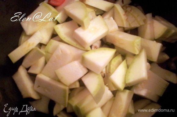 Затем нарезанный кабачки и помидоры черри.