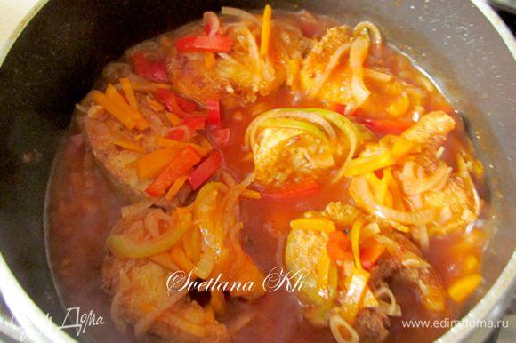 Опустить рыбу в томатную заливку и еще прогреть все на огне 5 минут.