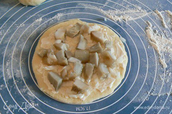 раскатать,смазать майонезом,выложить порезанные грибы,лук