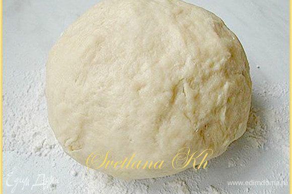 Из яйца, воды, соли и муки замесить тесто. Накрыть и оставить в покое на 20 минут. А тем временем приготовить начинку.
