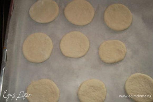 Разложить на противне на пекарской бумаге, смазанной маслом. Оставить на 30 минут, прикрыв полотенцем.