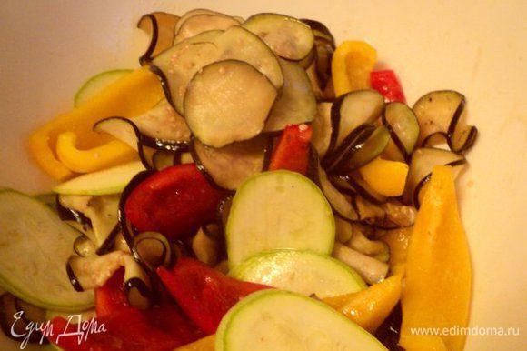 Овощи сложить в миску, залить глазурью и хорошо перемешать.