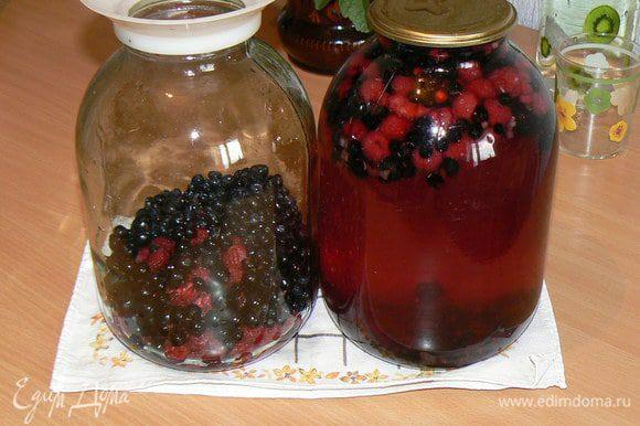 Горячим сиропом заливаем ягоды и сразу закатываем крышки. Переворачиваем банки и укутываем теплыми вещами на целые сутки (до полного остывания). Так происходит процесс стерилизования. Убираем в прохладное место.