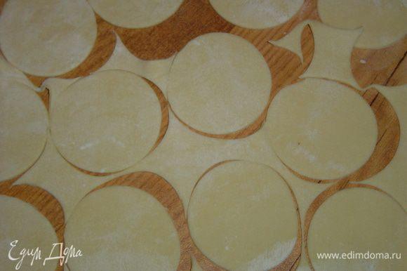 Тесто раскатываем в тонкий пласт, с помощью выемки вырезаем кружки диаметром 6 см.