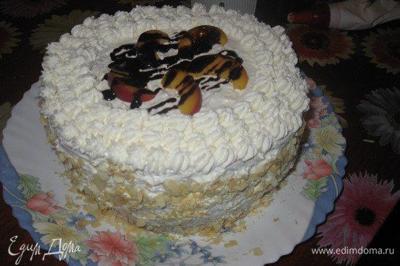 Украсить по своему вкусу. У меня торт украшен сливочно-творожным кремом, персиком, шоколадной глазурью, бока присыпаны обжаренными миндальными хлопьями. Угощайтесь! Приятного аппетита!