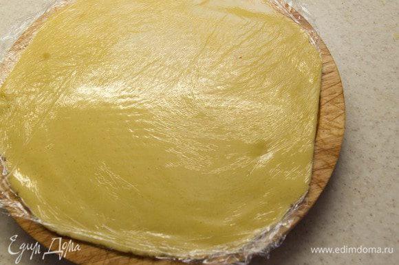 Положить тесто между 2 слоя пищевой пленки и раскатать тесто в слой 0,3 cм размером немного больше чем форма. Убрать в холодильник на 30 минут.