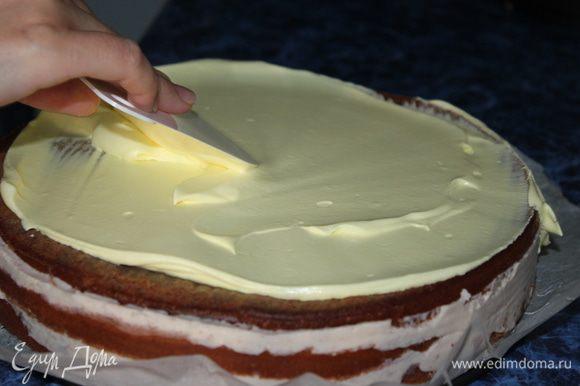 Сливки для украшения торта взбить, большую часть покрасить в желтый цвет и выложить на поверхность торта. Разровнять широким ножом. А меньшую часть переложить в шприц (будем украшать наш верх торта).