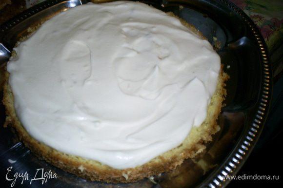 Готовим крем. Сметану взбиваем с сахаром и ванилином до твердых пиков и полного растворения сахара. Если, несмотря на все старания, взбить крем до густоты не получится, не расстраиваемся. Для сборки торта подойдет крем любой консистенции, а густоту крема для украшения поправим с помощью загустителя. Выкладываем на блюдо первый белый корж и щедро смазываем кремом.