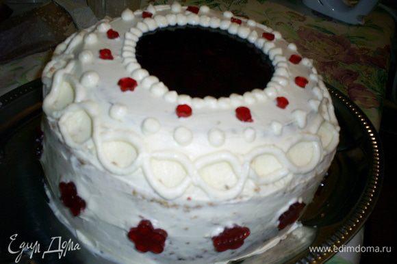 ... а затем и вторую Продолжаем декорировать торт как подскажет фантазия. Я отсадила небольшие шарики на границу крема и желе, а также на сгиб торта, чтоб скрыть неровности. Также использовала маленькие кружочки и цветочки, которые вырезала из оставшегося желе.