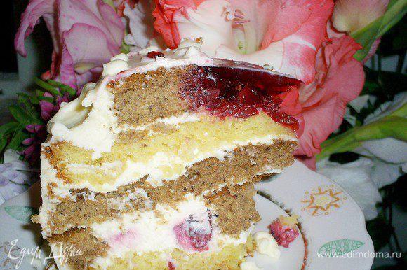 Отправляем готовый торт на ночь в холодильник. Утром достаем и зовем гостей. Угощаем их, удивляем и радуем аппетитным тортом. Приятного аппетита!