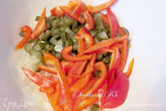Перец и помидоры нарезать ломтиками и соединить с огурцами и луком
