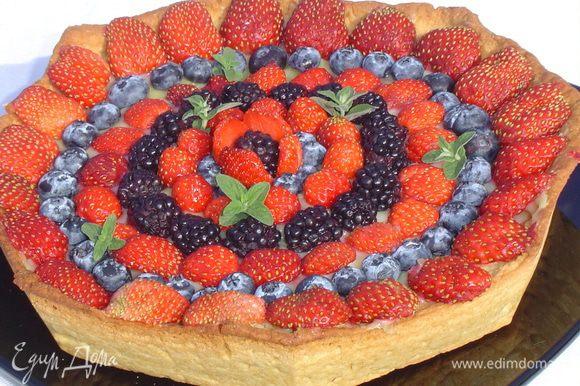 Сверху выкладываем ягоды (у меня: клубника, голубика, ежевика) и украшаем мятой.