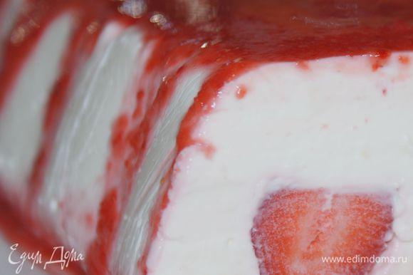 Когда творожный десерт застынет, перевернуть на блюдо и сверху полить клубничным соусом. Приятного аппетита!