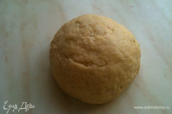 Муку смешать с сахаром и разрыхлителем, добавить сметану и растопленное сливочное масло. Замесить тесто...