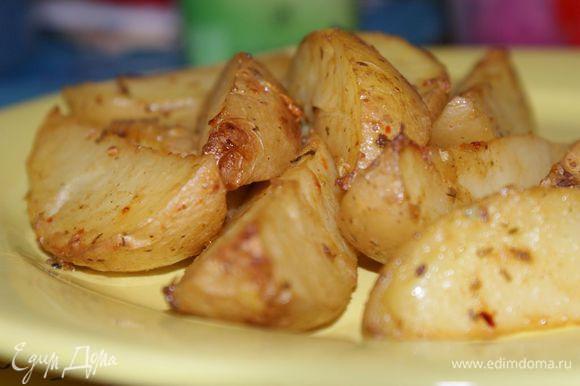 Уложить картофель одним слоем на противень. Духовку разогреть до 210 градусов. Запекать примерно 15-20 минут с одной стороны, затем перевернуть и запекать с другой до полной готовности. Приятного аппетита!
