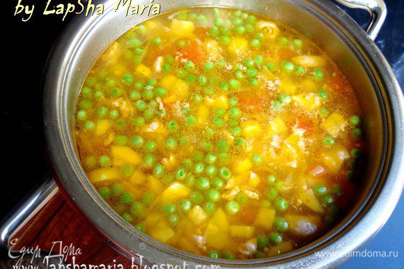 Когда цветная капуста и кабачок будут практически готовы, добавляем зеленый горошек и пасту. Варим все вместе 10-15 минут. Супу надо дать хотя бы пол часа, чтобы он настоялся и можно подавать к столу приправив натертым сыром.