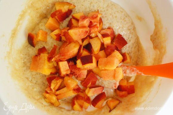 В смесь аккуратно подмешать нарезанные кусочками персики.