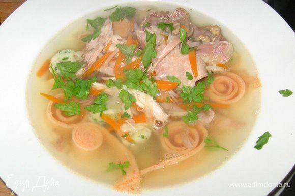 Теперь оформляем тарелку: выкладываем блинчики, мясо, наливаем бульон с овощами, посыпаем петрушкой. Приятного аппетита!