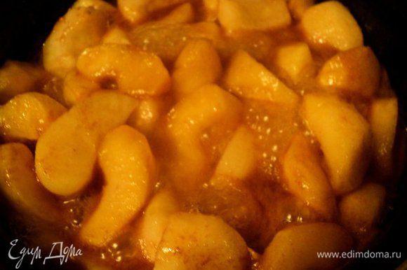 Положить яблоки и потушить на небольшом огне 15 мин. По окончании слить лишнюю влагу.