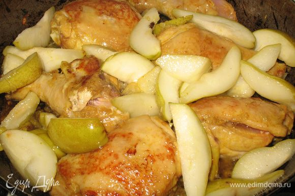 Соединяем соус с грушами с курицей и тушим под крышкой на медленном огне минут 25, периодически помешивая.