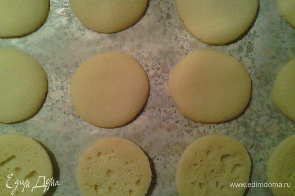 Печенье ни в коем случае не должно зарумяниться или пожелтеть! Лучше не оставлять его без присмотра. Дно печенья тоже должно оставаться светлым. Так как у всех духовки пекут по-разному, рекомендую через 15-17минут после начала выпекания, открыть духовку и аккуратно потрогать одну штучку пальцем. Если печенье затвердело – оно готово. Готовое печенье сразу переложите на стол прямо на бумаге.
