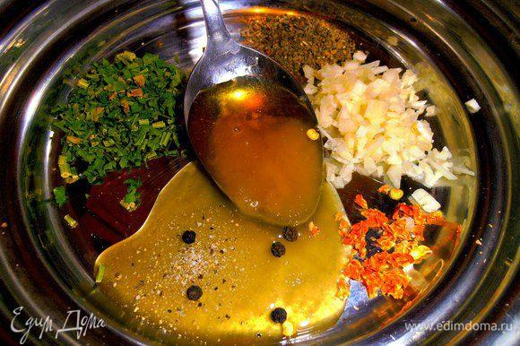 В это время готовим маринад. Из зелени у меня базилик и петрушка+мед, чеснок, перец горошком и щепотка сухого чили...