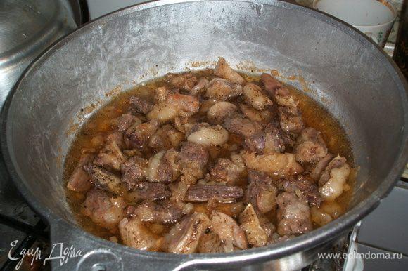 Берем казан или утятницу или сотейник с толстым дном. Ставим на огонь и разогреваем растительное масло. Мясо режим небольшими кусочками и обжариваем в масле, отключаем газ и закладываем овощи. Можно сделать и другим способом: казан обмазать жиром, или кто любит пожирней - дно выложить жиром или салом. Выкладываем сырое мясо, а затем овощи.