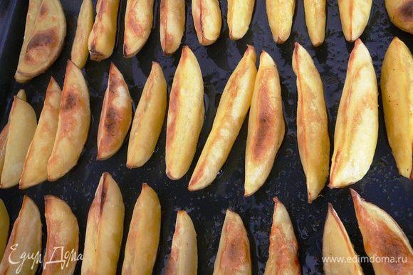 Поставить в разогретую духовку и запекать до тех пор, пока картофель не станет золотистого цвета.