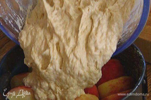 Выложить тесто на персики, разровнять и отправить в разогретую духовку на 40 минут.