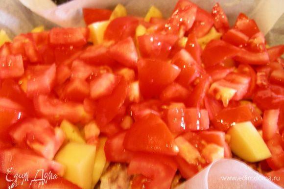 Картофель и помидоры режем кубиками и выкладываем на кролика.