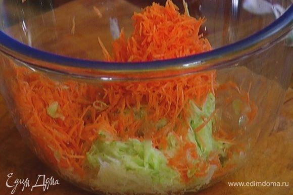Морковь почистить и натереть на той же терке.