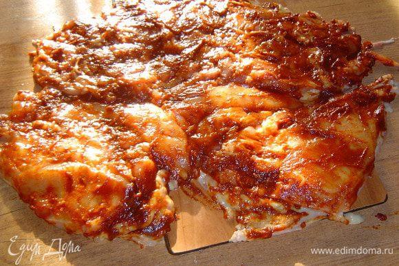 Этим соусом хорошенько смазываем тушку курицы, сворачиваем и кладем в миску на несколько часов для того, чтобы курица замариновалась.