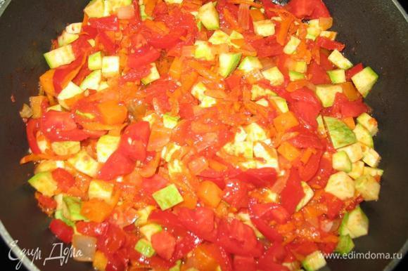 Помидоры, тыкву и кабачок добавляем к овощам на сковородке, добавляем соль и специи и тыквенные семечки
