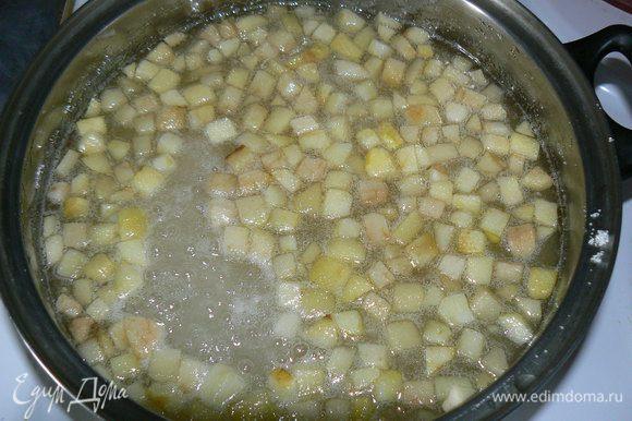 всыпаем сахар и медленно мешаем до его полного растворения.Яблоки должны стать мягкими (но не до каши).