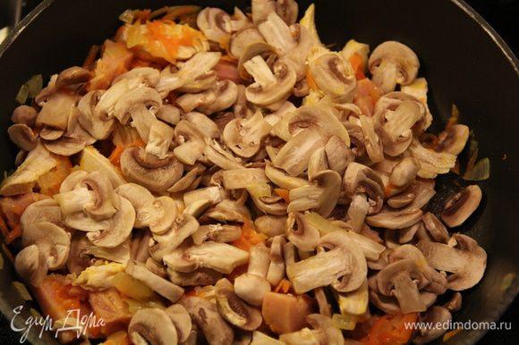 Добавить грибы, порезанные тонкими ломтиками, тимьян, накрыть крышкой и тушить на небольшом огне минут 10. После чего добавить соль, перец.