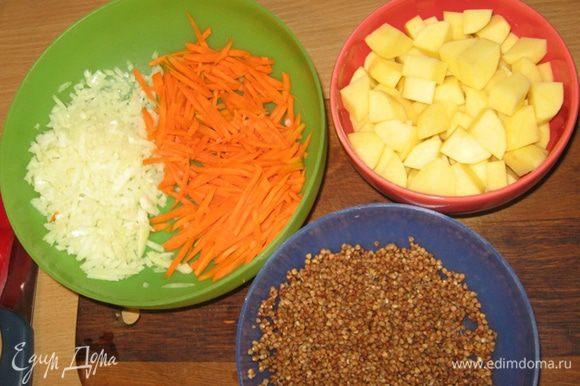 Пока варится бульон, если таковой у вас не имеется в готовом виде заранее припасенный аккурат для супа, подготовим овощи: лук и картофель нарезаем кубиками, морковь соломкой, грибы небольшими кусочками, а гречку промываем.